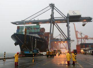 Navio no Porto de Salvadro recebendo carga de contâiners antes de sua partida em direção à Ásia (Foto: Rafael Martins/SECOM/Wikipedia)