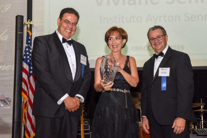 Embaixador João Mendes Pereira, Viviane Senna, homenageada da noite, e Cássio Segura, presidente da BACCF