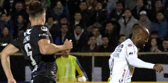 Wagner Love jogou bem, mas não evitou a desclassificação do Corinthians da Copa Sul-Americana (Foto: Corinthians)