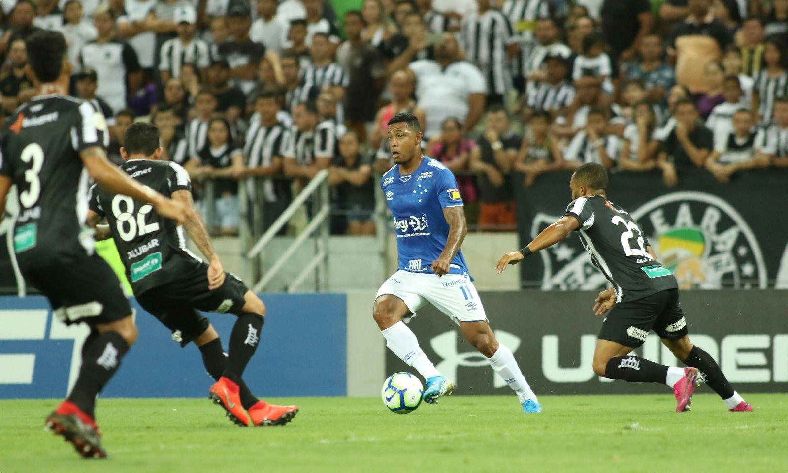 Pedro Rocha, atacante do Cruzeiro, sofreu uma lesão e deixou o gramado ainda no primeiro tempo na partida contra o Ceará. (Foto: Angel Drummond)