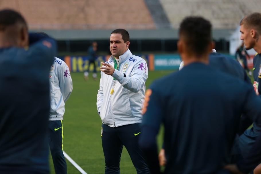 André Jardine orienta os jogadores da Seleção Brasileira Sub 23 (Foto: Fernando Torres/CBF)
