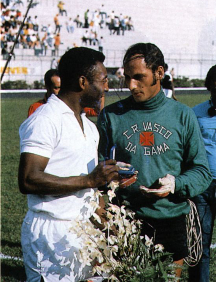 Pelé ao lado de Andrada, goleiro do Vasco da Gama que sofreu o milésimo gol de Pelé