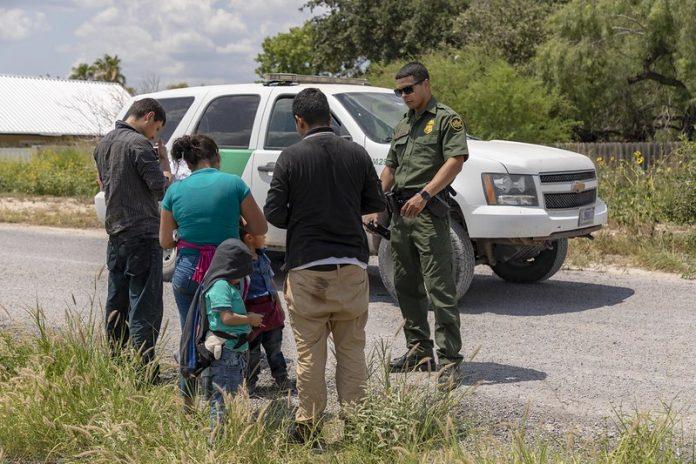 Crianças e adultos apreendidos tentando atravessar a fronteira (Foto Mani Albrecht - U.S. Customs and Border Protection)