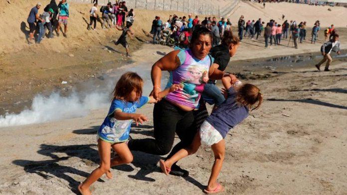 Patrulha da Fronteira usa gás lacrimogêneo na tentativa de evitar que imigrantes atravessem a fronteira (Foto: Democracy Now)