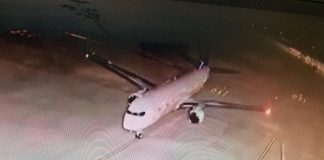 Avião com brasileiros deportados no pátio de Confins,(ReproduçãoTV/Globo)