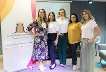 Esterliz Nunes (ao centro), do AcheiUSA, entre Priscila Cacicedo, Carolina Lautenberg, Solange Gomes e Paola Tucunduva, líderes do Grupo Mulheres do Brasil - Núcleo Sul da Fórida