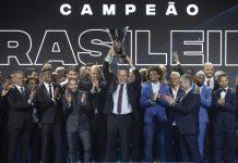 Rodolfo Landim, presidente do Flamengo, recebe o troféu de campeão nacional na festa da CBF (Foto: Lucas Figueiredo/CBF)