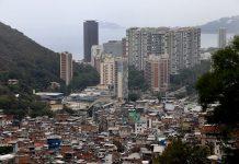 A favela da Rocinha ao lado de prédios de luxo é um dos retratos da desigualdade (Foto: Vladimir Platonow – Agência Brasil)