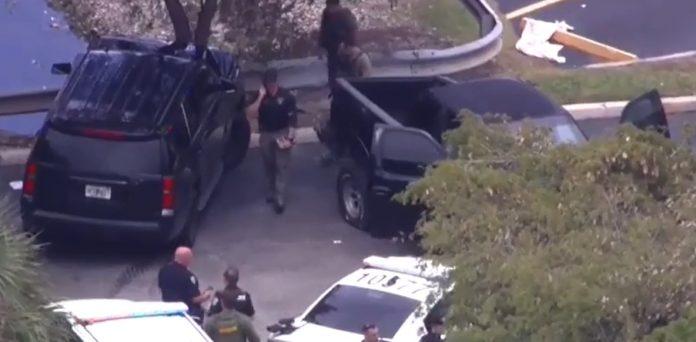 Policiais armados de várias jurisdições participaram da busca (Foto: Reprodução TV)