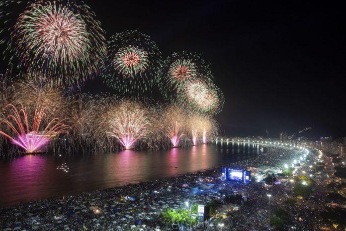 A festa da virada do ano em Copacabana garantiu 100% ocupação hoteleira do bairro (Foto: Gabriel Monteiro – Riotur)
