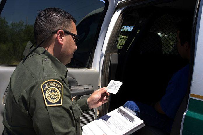 Os policiais da fronteira vão coletar o código genético dos detidos, mas a medida não agradou ativistas dos direitos dos imigrantes (Foto: Gerald Nino – DHS)