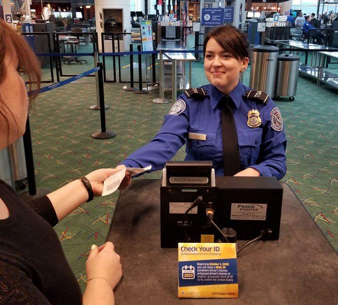 Funcionários da TSA nos aeroportos já estão orientando os passageiros sobre os novos procedimentos, que entram em vigor em outubro (Foto: Divulgação – TSA)