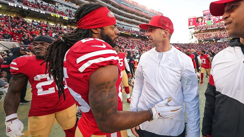 Cornerback Richard Sherman está ao lado do técnico Kyle Shanahan. Foto: San Francisco 49ers (Divulgação)
