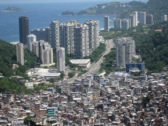 As visitas a favelas, como a Rocinha, estão desaconselhadas, mesmo de dia ou guiadas (Foto: Flickr)