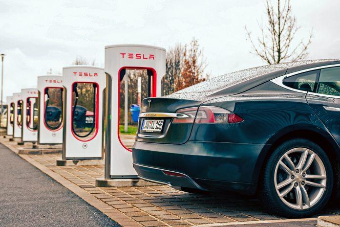 Modelo S recarregando a bateria em uma estação da Tesla (Foto: Mario Roberto Durán Ortiz)
