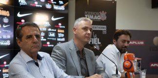 Tiago Nunes faz sua estreia como técnico do Corinthians na Florida Cup. Ele está entre os dirigentes doutor Kalil e Duílio Monteiro Alves (Foto: Daniel Augusto Jr /Ag. Corinthians)