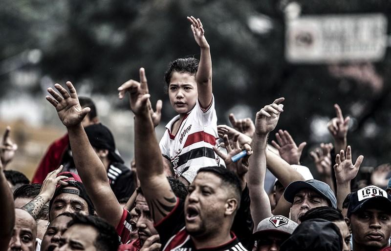 Torcedores comemoram vitória do São Paulo sobre o Água Santa (Foto: Miguel Schincariol / saopaulofc.net)