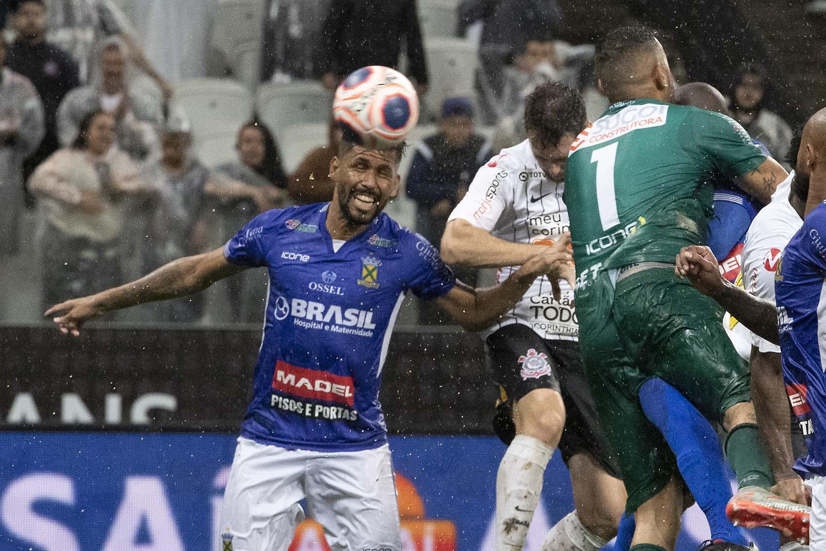 Momento em que Boselli cabeceia para empatar o jogo para o Corinthians (Foto: Daniel Augusto Jr./Ag. Corinthians)