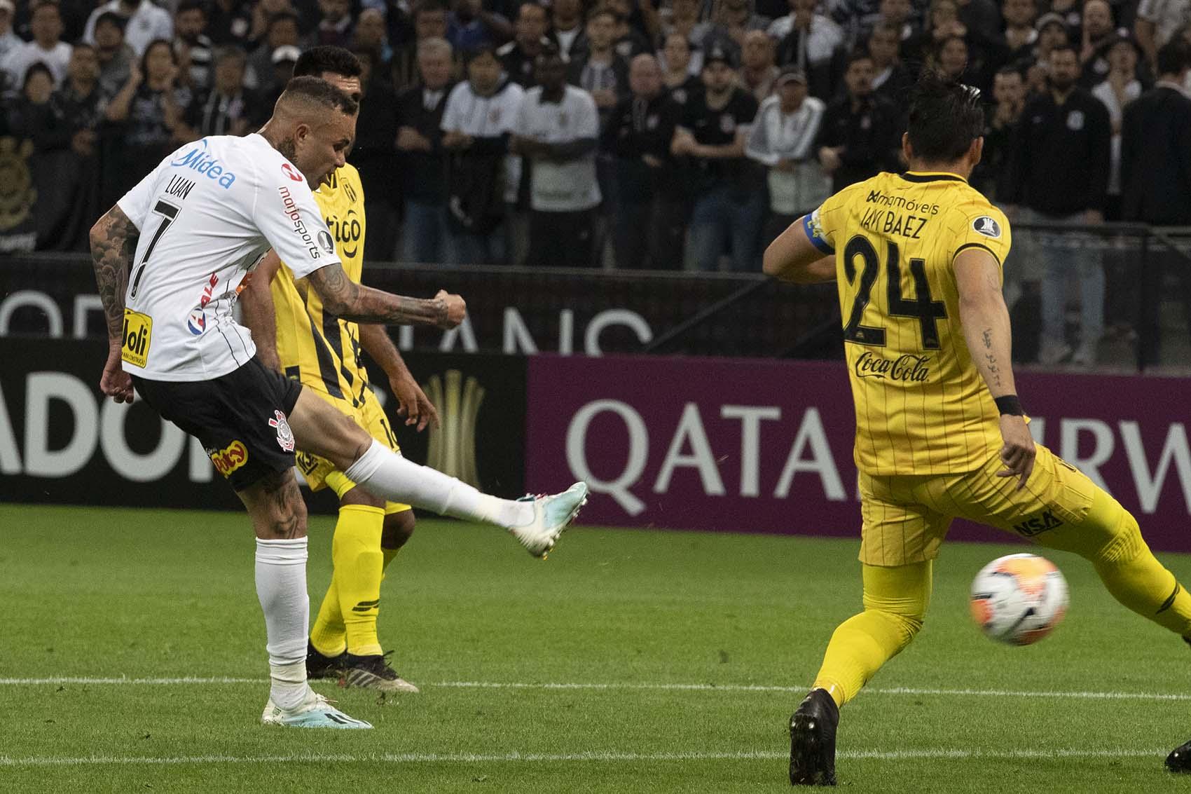 Luan marcou o gol de abertura na vitória corintiana sobre o Guaraní do Paraguai, mas não evitou a eliminação do time (Foto: Daniel Augusto Jr. / Ag. Corinthians)