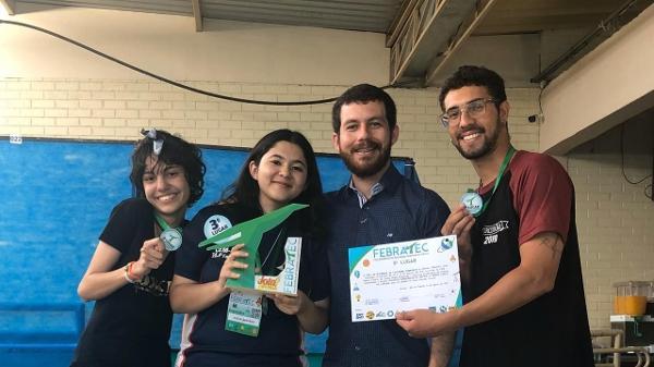 Os estudantes ao lado do professor Alex Aragão (Foto: Clube de Ciências Marie Curie)