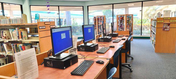 O uso dos computadores é gratuito. Para acessar os serviços basta solicitar sua carteirinha