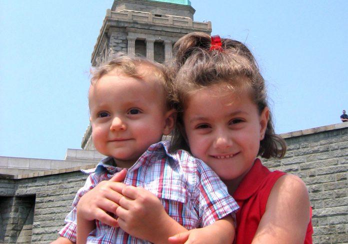 Caroline Werner, quando criança, na companhia do irmão caçula em NY