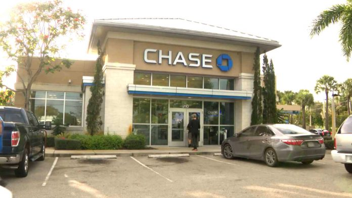 Homem sofreu tentativa de assalto na porta do Chase bank em Pembroke Pines. (WPLG)