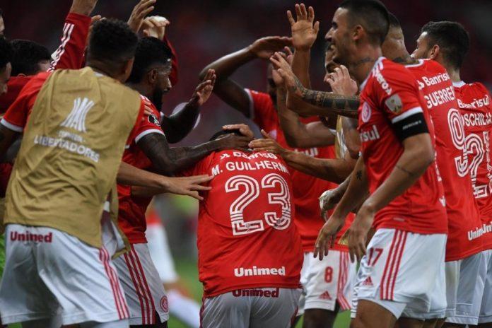 Jogadores celebram gol contra o Universidad Católica (Foto: internacional.com.br)