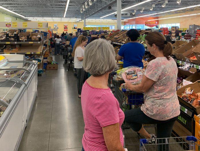 Filas aumentaram significativamente nos supermercados depois da ordem do governador da Flórida (Foto: AcheiUSA)