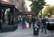 Moradores de NY já estão se aglomerando nas calçadas, mesmo que a ordem de estar em casa não tenha expirado