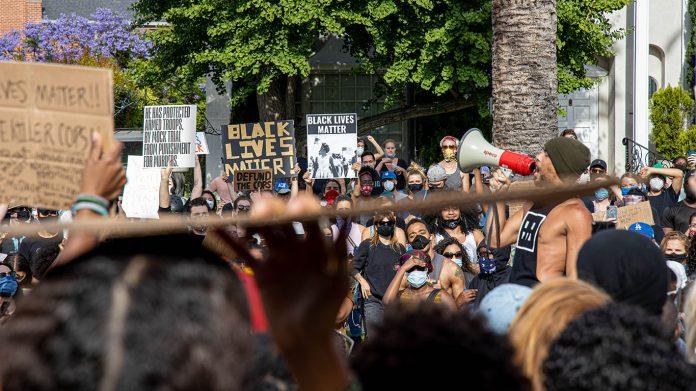 Black Lives Matter faz manifestação em frente à residência do prefeito (Foto: Sterling Scott)