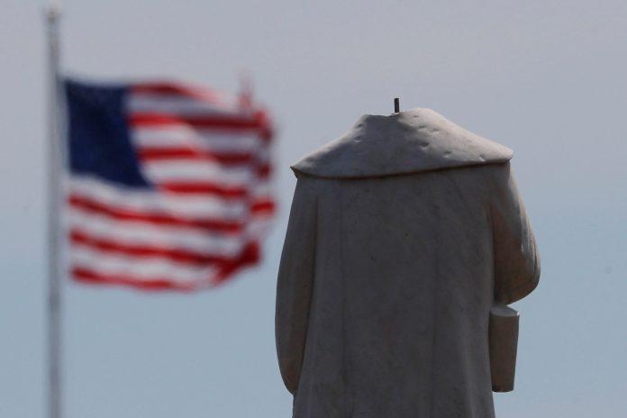 Estátua de Cristóvão Colombo foi depredada (Foto: REUTERS/Brian Snyder)