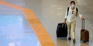 Passageiro usando máscara caminha no Fiumicino Airport na Itália (Foto: REUTERS/Guglielmo Mangiapane)