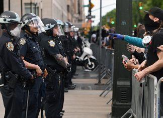 Com um orçamento de $6 bilhões para a NYPD, a força de polícia da cidade de New York, o prefeito Bill De Blasio comprometeu-se em cortar fundos para a polícia e transferir esses fundos para programas sociais (Foto: Reuters/Anthony Behar/Sipa USA)