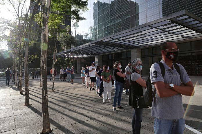 Pessoas aguardam em fila para entrar em um shopping de São Paulo depois da flexibilização da quarentena na cidade (Foto: REUTERS/Amanda Perobelli)