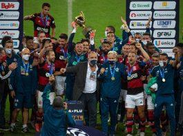 Jogadores e comissão técnica do Flamengo comemoram a conquista do Campeonato Carioca em um Maracanã vazio (Foto: Alexandre Vidal/Flamengo)