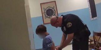Cena do menino de 8 anos sendo algemado - Divulgação - Twitter