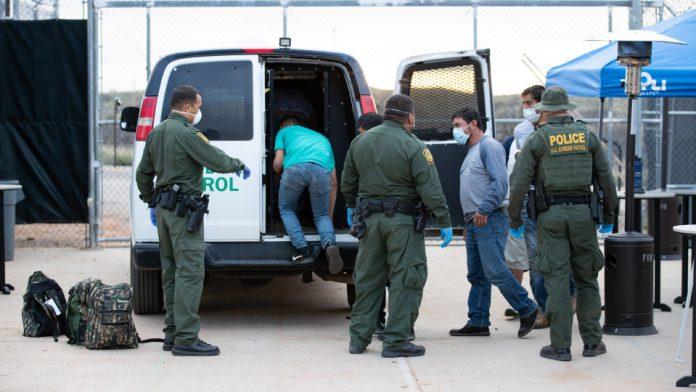US Custom and Border Patrol em operação na fronteira (foto: Jerry Glase/CBP)
