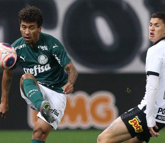 O jogador Marcos Rocha disputa bola com Matheus Vital durante partida válida pela final, ida, do Campeonato Paulista (Foto: Cesar Greco/Palmeiras)