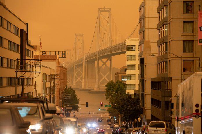 Queimadas deixam céu de São Francisco, na Califórnia, alaranjado (foto: REUTERS/Stephen Lam)