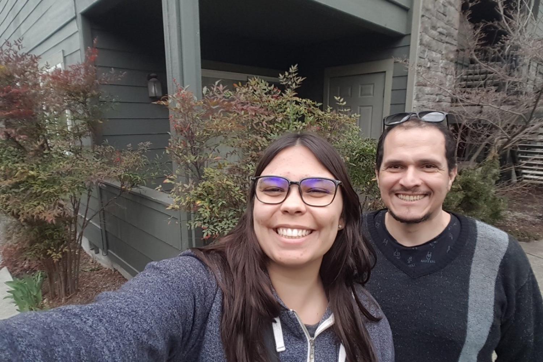 Juliana e Fabrizzio ao lado da casa que haviam se mudado em 2019 (Foto: Reprodução)