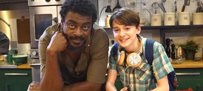 Abe é interpretado por Noah Schnapp, conhecido por interpretar Will na série Stranger Things. O jovem ator contracena com Seu Jorge, que faz o papel de Chico, o carismático chef (Foto: Divulgação)