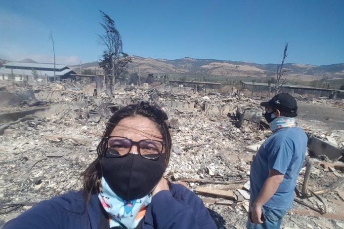À esquerda Juliana e Fabrizzio ao lado da casa que haviam se mudado em 2019. Apenas um ano depois o local se transformaria em cinzas com o incêndio que destruiu grande parte da cidade de Talent, Oregon