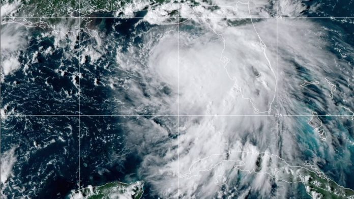 Foto de satélite fornecida pela National Oceanic and Atmospheric Administration (NOAA) mostra a tempestade tropical Sally no Atlântico