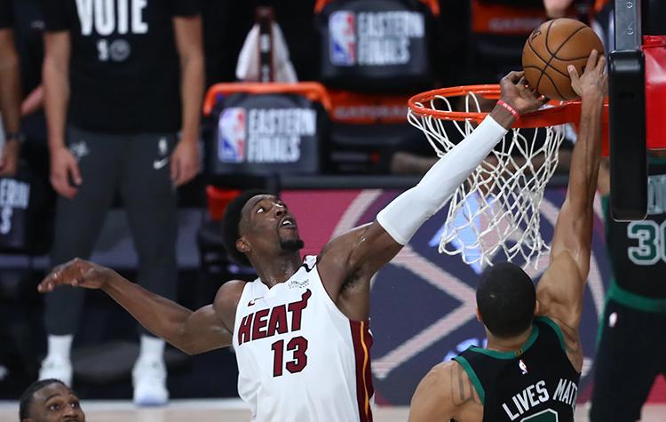 Bam Adebayo foi o autor do toco sobre Jayson Tatum na vitória do Miami Heat sobre Boston Celtics (Foto: NBA)