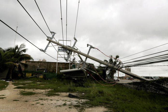 Passagem do furacão Delta derruba poste em Quintana Roo, México (foto: Henry Romero/Reuters)