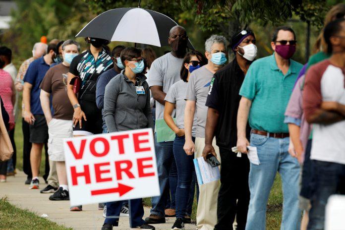 Fila de votantes em North Carolina, U.S. October 15, 2020. (foto: Jonathan Drake/Reuters)