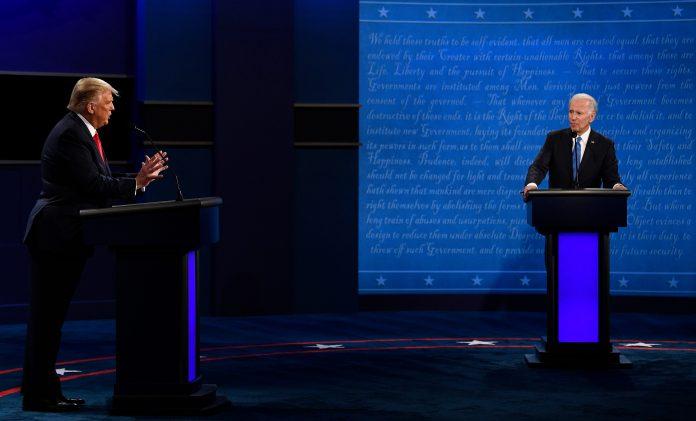 Donald Trumo e Joe Biden tiveram último encontro antes das eleições nesta quinta-feira (22) no Tennessee (foto: Reuters)
