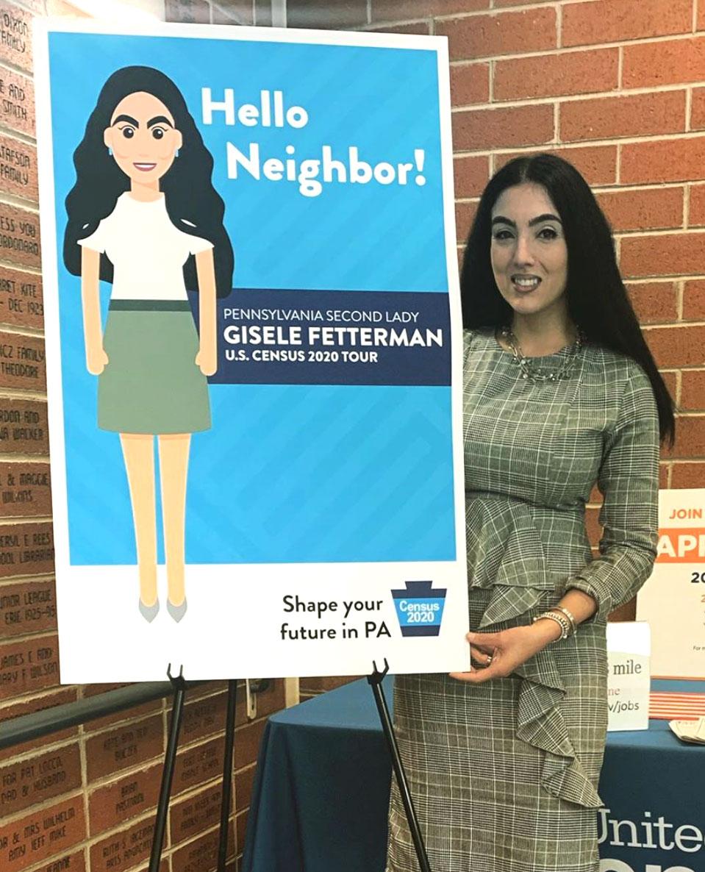 Gisele posa ao lado de um cartaz com sua imagem para promover a participação da comunidade no Census (Foto: Divulgação)