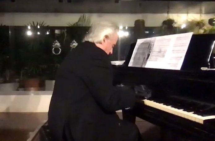 Maestro performou o hino nacional brasileiro usando luvas biônicas (Foto: Instagram)